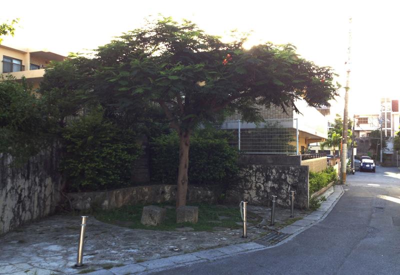 <3> 首里プール跡。現在は敷地の大部分はマンションとなり、一角に置かれる記念碑のみが、かつてこの地にプールがあったことを今に伝える
