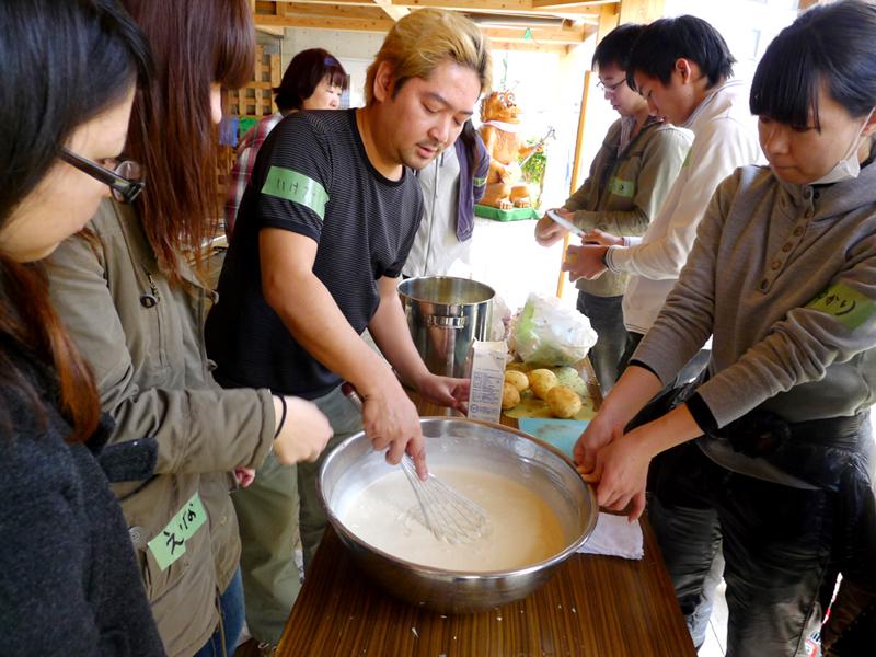 東日本大震災前の2011年1月、那覇市にぎわい広場で行った粉モノによる炊き出し実践。被災生活になった時、みんなで作ると元気になることを学んだ