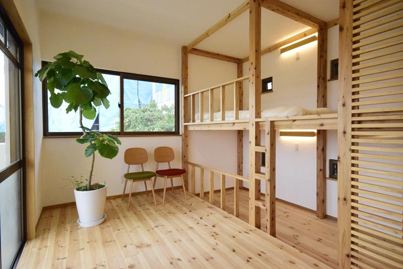 2階子ども室。2段ベッドを造り付け、空間を有効利用した。床にはやさしい踏み心地のレッドパイン材が使われている