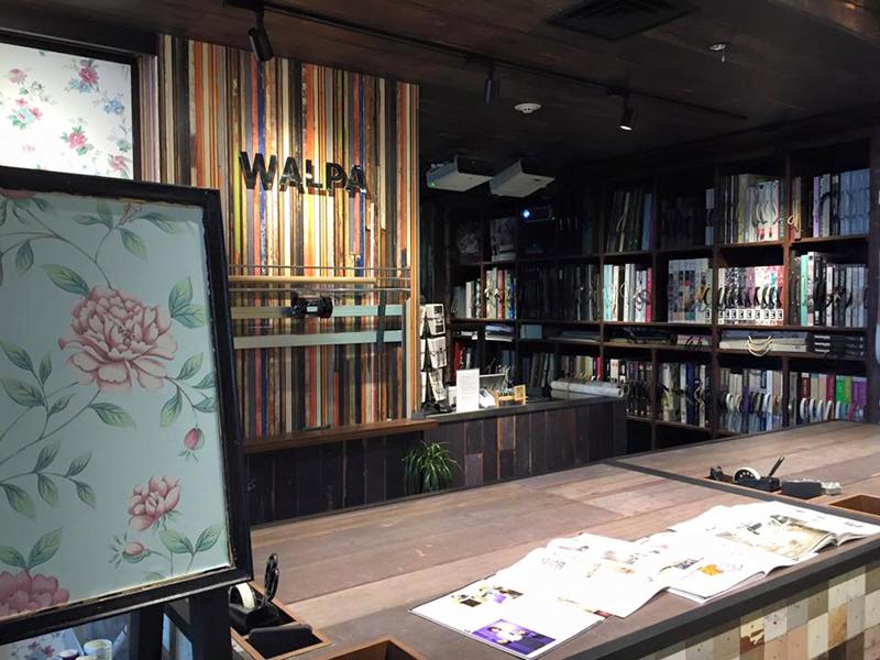 輸入壁紙専門店「walpa」。世界中のアートフルな壁紙から「張ってはがせる壁紙」なども扱っている。壁紙の張り方も丁寧に教えてくれる=東京都