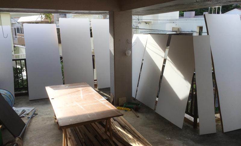 週末だけDIYの作業場として開放している私の家のバルコニー。建築現場で余った木材を使って思い思いに加工や塗装をしたりとさまざまな実験的な試みを楽しんでいる=那覇市安謝
