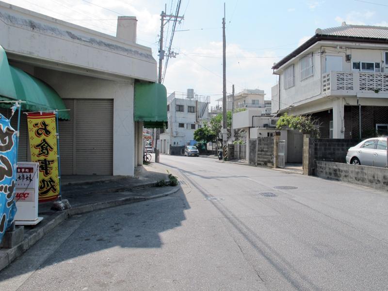 <3>こちらは那覇市三原にあった住宅前バス停の跡。バス路線が廃止された後も、バスが停車するスペース(バスベイ)が両方向ともそのまま残されているのが分かる