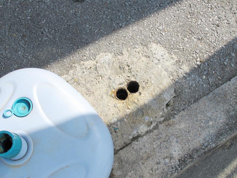 <4>間違いなくこの場所がバス停だった証拠品(?)。設置されていたバス停の鉄パイプが切断され、基礎の部分に埋もれて残っている(赤線円内)