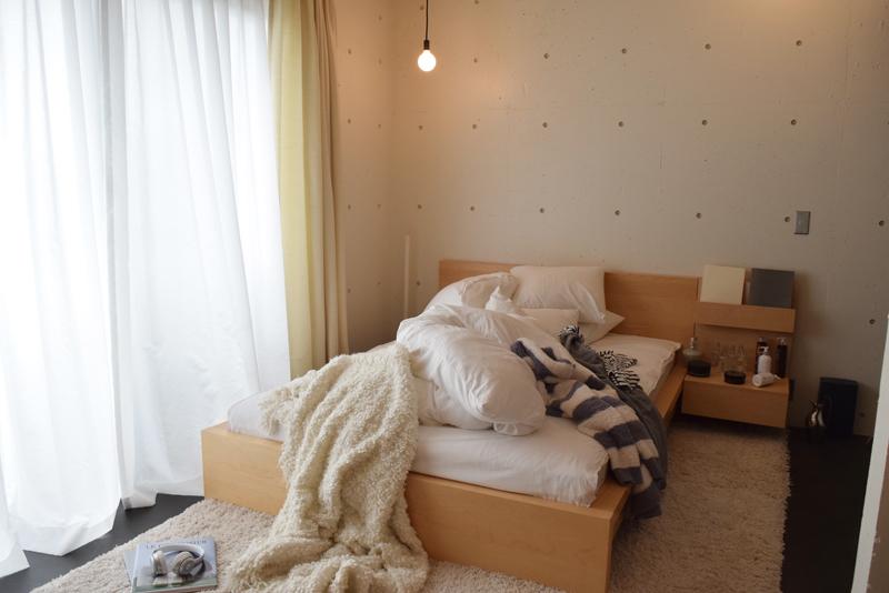 メゾネットにある寝室。ベッドに置いたパジャマやフレグランスの瓶もインテリアのアイテム