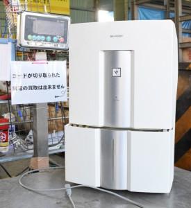 大きな計量器で空気清浄機の重さを量る様子