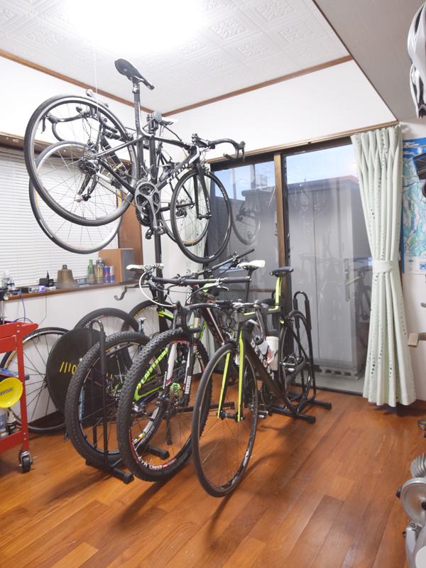 4畳半の部屋に自転車が5台。掃き出し窓の外のベランダは洗車スペースとして活用する