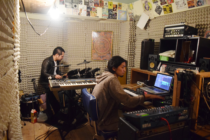 古い賃貸物件の一室を自身のバンド「銀天団」の活動拠点となるスタジオにアレンジした呉屋誠さん(右)とメンバーの佐久本景太さん