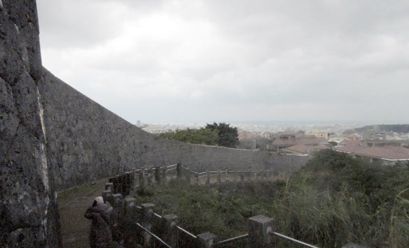 首里城城壁から海を望む