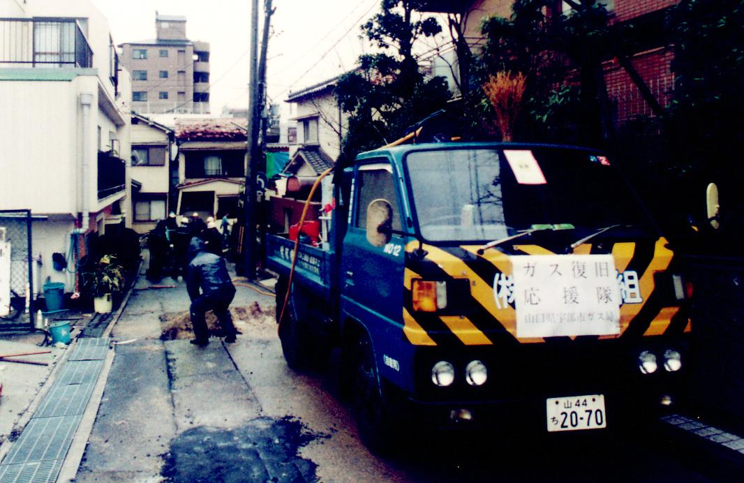 ライフラインが断絶した被災地では、全国各地のナンバープレートを付けた救援車両が、不眠不休で復旧活動を行う。生きるための「水」や「食」はこうして確保される。