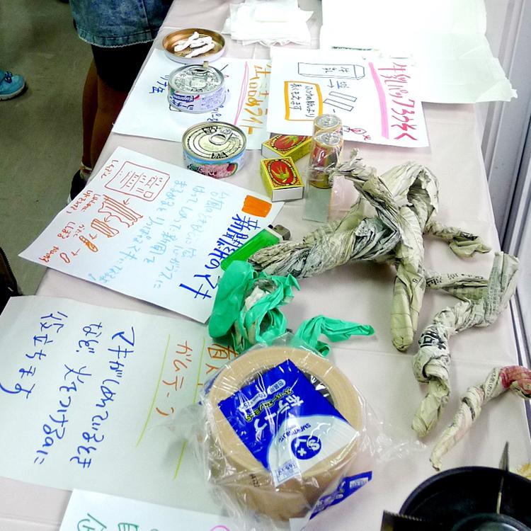 昨年3月に中城で行った「ぼうさいカフェ」で展示した、「台風新聞薪」(右手前)