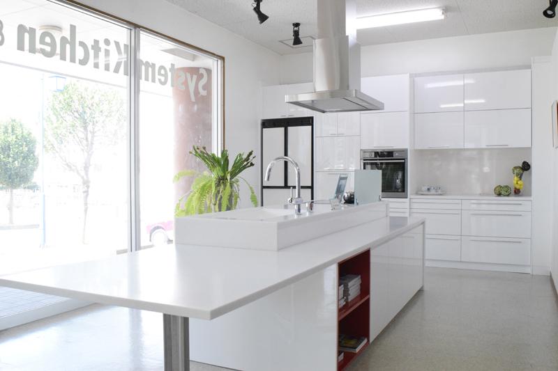 キッチンの空間を再現したショールーム内。形や色など、数パターンが展示されている