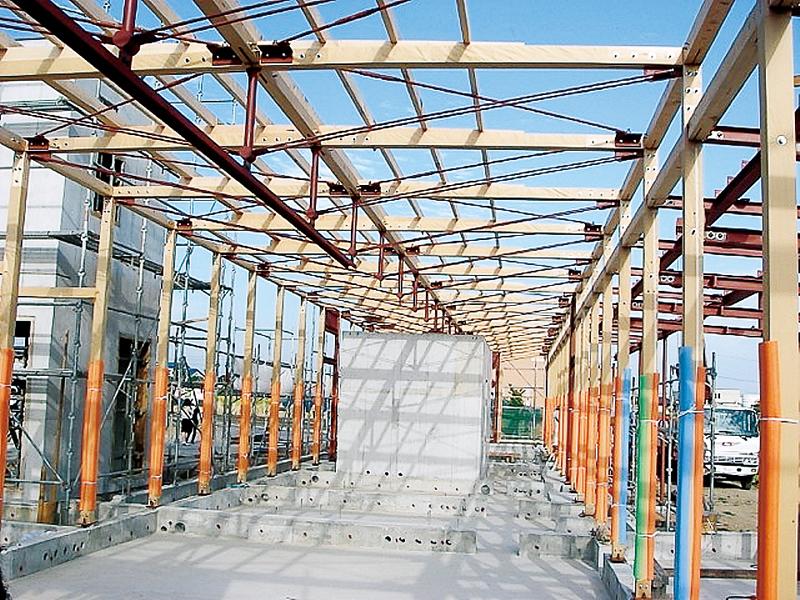 上写真の建物の骨組み。柱や梁は12センチの角材を使用して構造設計しコストもコントロール(sngDesign 提供)