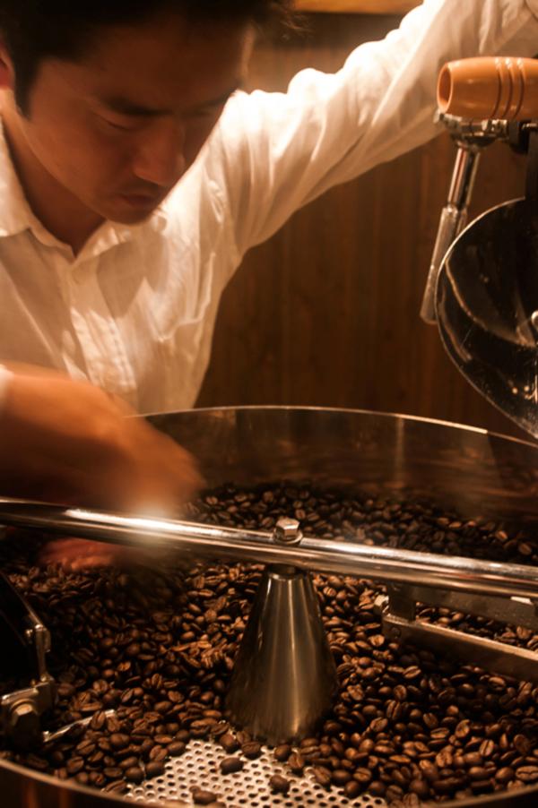 珈琲豆を焙煎する石川さん