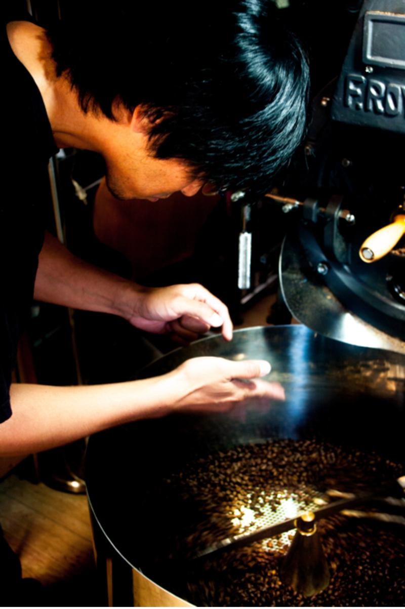 焙煎された豆の品質を確認する仲村さん