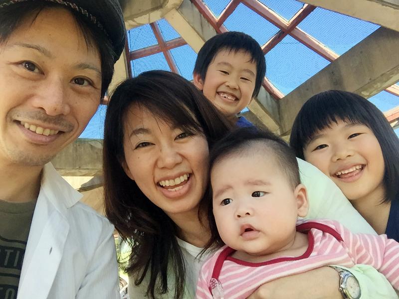 公園での自撮り家族写真^^ 何度撮っても赤ちゃんとタイミングがあわず~