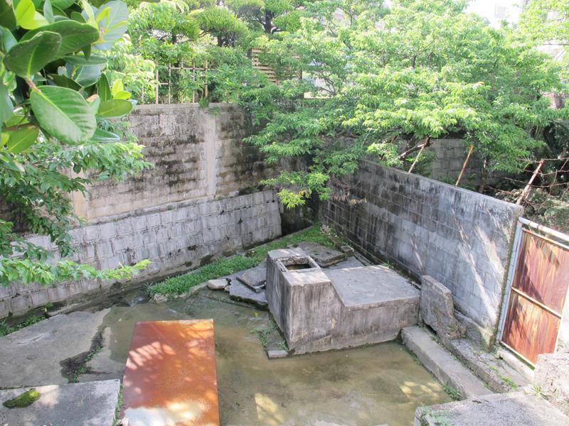 <4> 川をさかのぼり行き着いた井(カー)、「イシジャガー(石田川)」。今も水が豊かに湧き出ている。右手には古くからの石積みの井も残されており、地域の人々によって今でも大切に守られている。