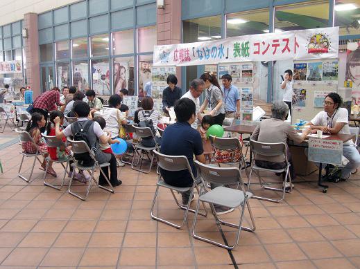 昨年度の水の飲み比べコーナーの様子(那覇市上下水道局提供)/写真