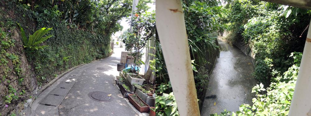 川に沿うと道はまがる、首里駅近く/左写真。川は隠れている/右写真