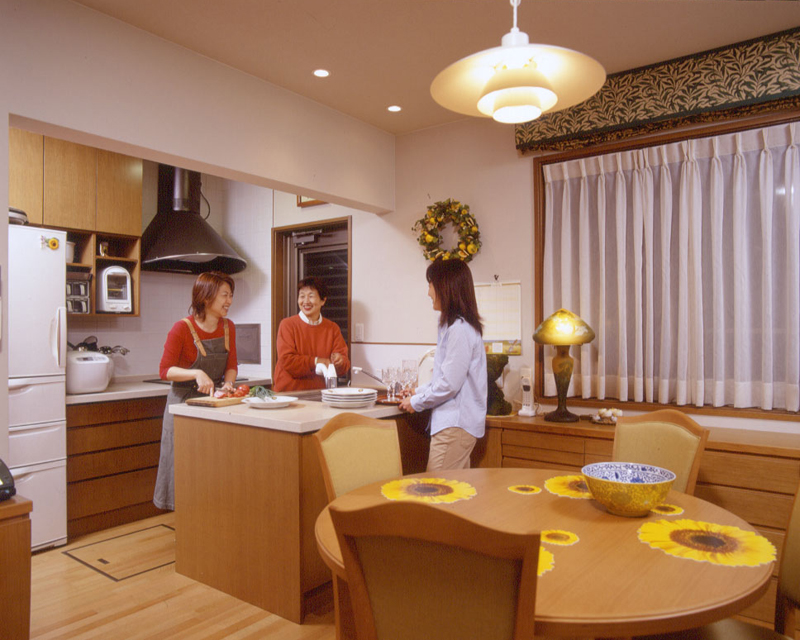 家族だけでなく、お客さままでが自然にキッチンに立ち、料理を手伝ったり片付けをしてしまう「仲良しキッチン」