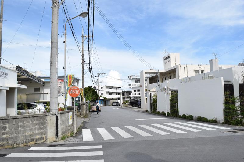 大湾公民館の周辺。国道、県道から1本中に入ると一戸建てを中心にアパートなども点在する静かな住宅街が広がる。