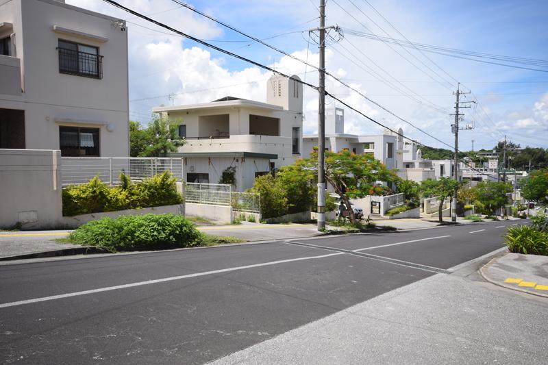 大里字大里、字仲間、字大城などにまたがる大里ニュータウンは築浅の戸建て住宅がズラリ。南小や大里中学校、イオンタウンに近いことから人気の場所だ。
