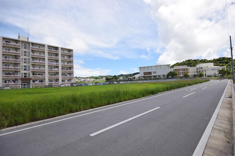 奥に見えるのが移転開校した大里南小学校。新設にともない通学路も整備された。周りにはまだ畑が多いが、新しいアパートも建ち始めている。