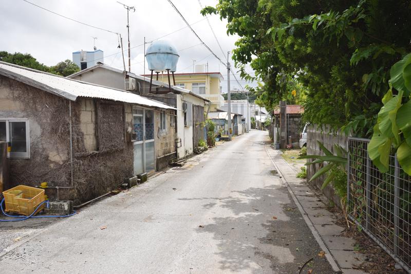 宮森小学校の周辺は一方通行の小道が何本も走っている。この辺りは新築の家はあまり見えず、昔ながらの住宅が多く、非常に静か。