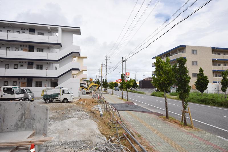 写真1の道を、奥(山側)へ走ると新築のアパートが立ち並ぶ。建設中のところやさら地も多く、人通りはこれから増えていくと思われる