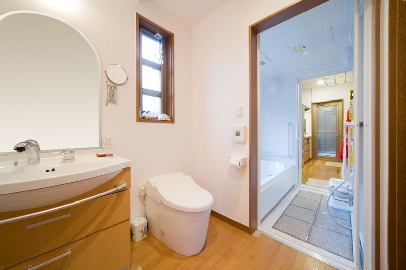 浴室の両側に出入り口があり、手前の洗面・トイレと奥のキッチンを結ぶ通路にもなる「楽スルー」。ユニークな発想だと話題になり、国際会議で発表されたり、国内の雑誌やテレビでも取り上げられた