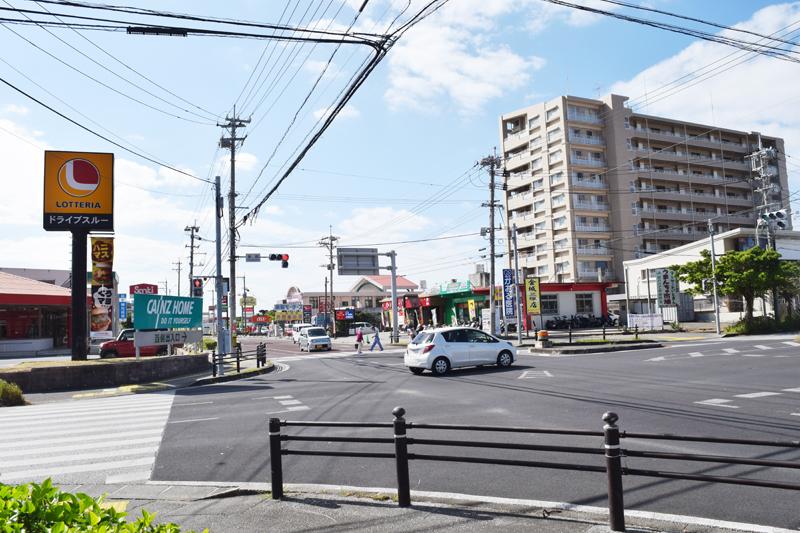 今、糸満市で一番、住宅の需要がある兼城交差点付近。飲食店やスーパーが立ち並ぶ利便性の良さが人気の理由。
