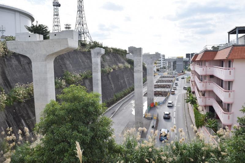 ゆいレール経塚駅から浦添前田駅に向かう沿線は着々と工事が進む。現在、この通り沿いでは、「貸」ののぼりがはためく新築アパートが並ぶ