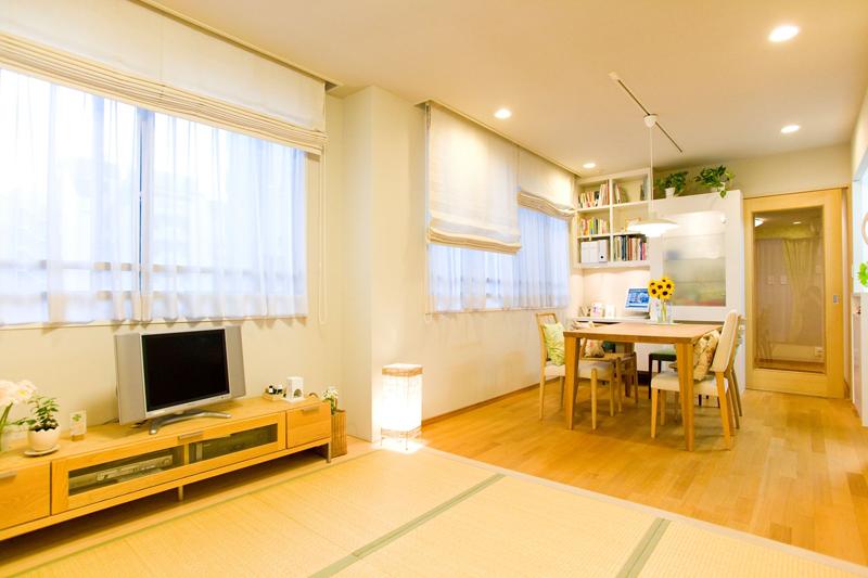 マンションなどスペースのない住まいなら、リビングダイニングの一角に3畳ほどの置き式畳を利用する方法もある
