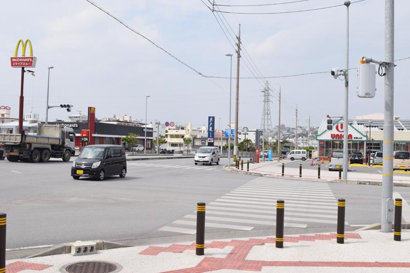 <1>津嘉山バイパス沿いには、新しい店舗が並ぶ。道は片側2車線の計4車線。歩道も広く取られていて、歩きやすい。道を1本入ると新築アパートや建設中の建物が多い。