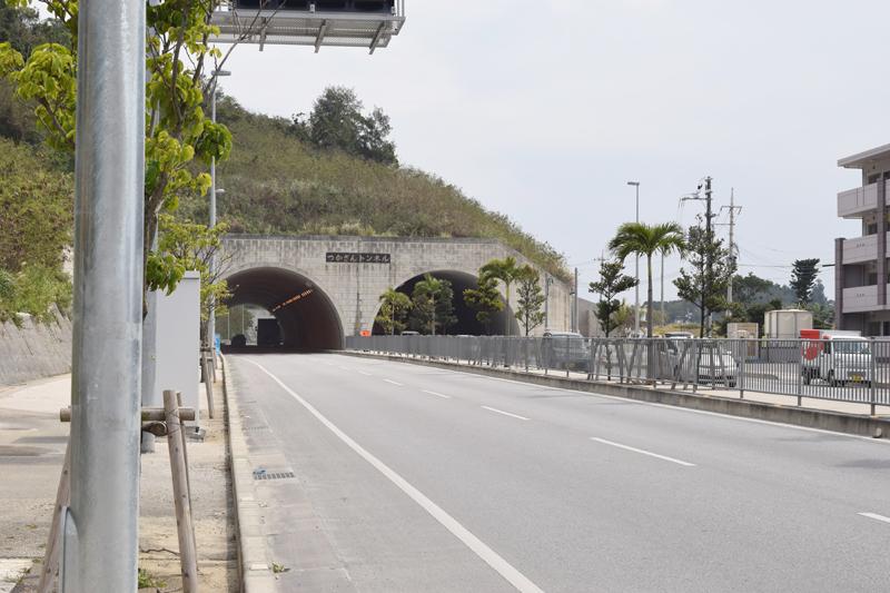 <2>那覇市から南向け、つかざんトンネルと、高津嘉山トンネルを抜けると、八重瀬町伊波へ続く。