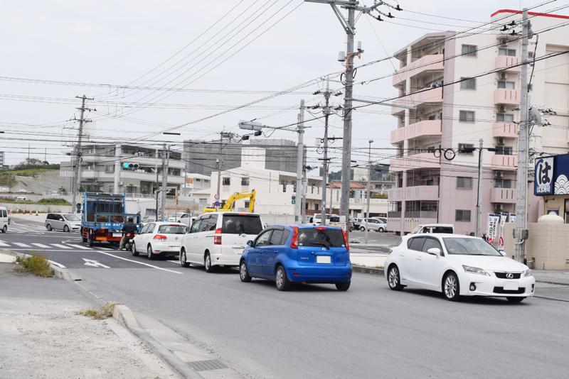 <3>サンエーつかざんシティなどがある国道507号と津嘉山バイパスを結ぶ道沿いは、建設ラッシュ。道路整備も相まって、工事用車両の往来も多い。