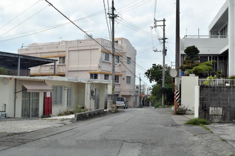 <3>米軍普天間飛行場に近い上大謝名地区には、昔ながらの住宅が目立つ。外人住宅を改装したカフェや雑貨店も多い