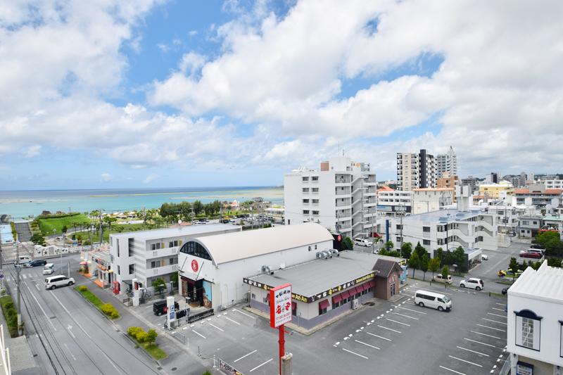 <1> 北前区にあるサンエーハンビータウンからの景色。写真左手のアラハビーチ沿いにはマンションやアパートが並ぶ。海が見える物件は特に人気で、なかなか空きができないそうだ。