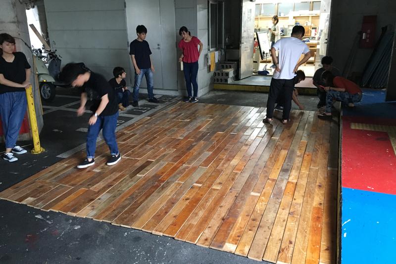スクールで今年、事務所の内装工事をした。古床材を用い、高さ3メートル30センチ、幅4メートル50センチのアクセント壁に挑んだ