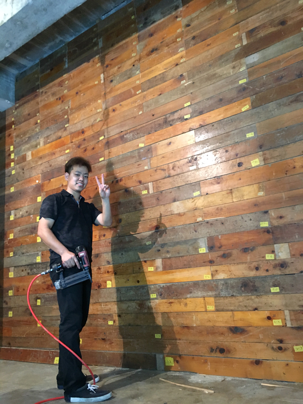 完成した壁。色味を考慮して床材をレイアウト。完成の達成感を全員で共有した