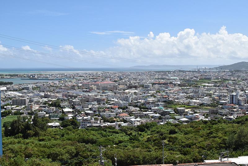 <2>古謝津嘉山町から見た南側の眺め。古謝や泡瀬一帯だけでなく、中城湾を挟んだ奥には知念半島まで見える。平地はほぼ建物が建っているのが分かる