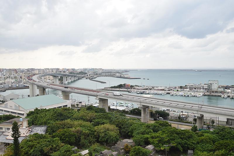 <1>県営上之屋住宅から泊大橋を望む。海と天久緑地が見渡せる