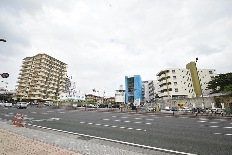 <3>那覇新都心区画整理事業によって宅地整備がされた国道58号東側(上之屋)は、戸建て住宅や中高層アパートの建設が続いている